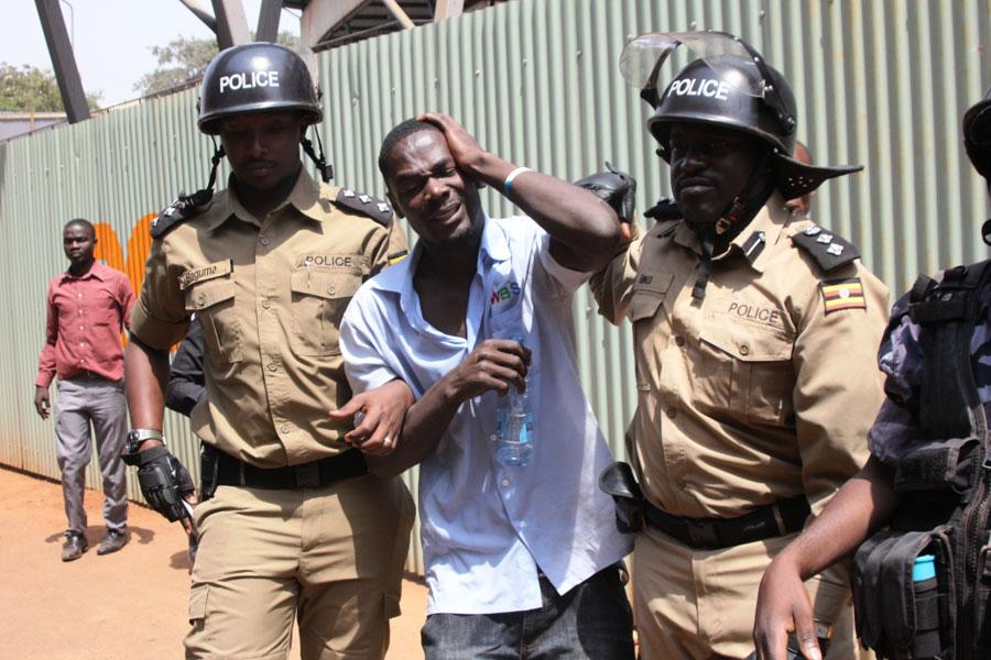 You are currently viewing UGANDA: WAWILI WAKAMATWA KWA KUICHAPA BAKORA SANAMU YENYE SURA YA 'RAIS MUSEVENI'